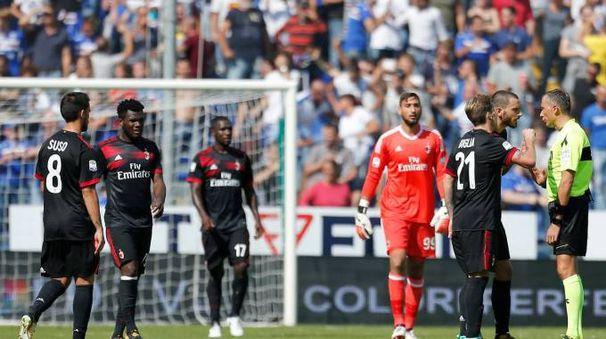I giocatori del Milan protestano con l'arbitro (Lapresse)
