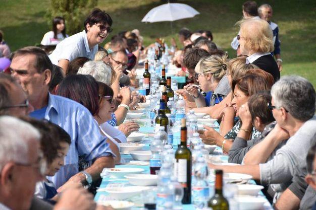 Pranzo solidale, una folla invade il parco urbano (foto Fantini)