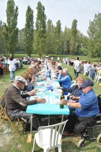 Pranzo solidale, una folla al parco urbano (foto Frasca)