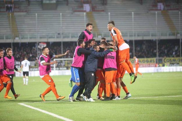L'esultanza dei giocatori dell'Ascoli per la vittoria (foto Ravaglia)