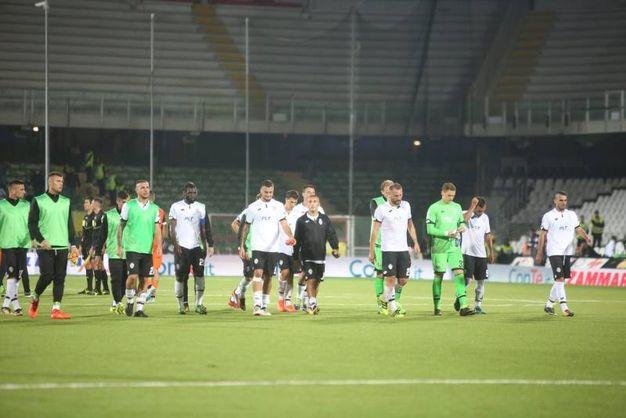 I giocatori del Cesena a fine partita (foto Ravaglia)
