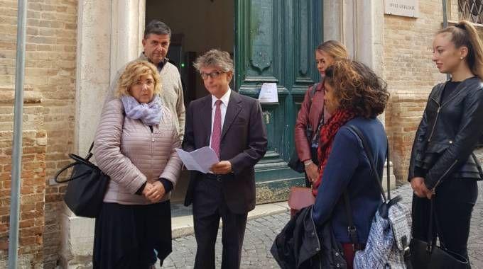 I genitori di Mithun all'uscita dal tribunale insieme all'avvocato Valori