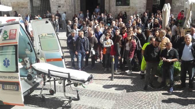 I soccorsi fuori dal tribunale di Perugia (Foto Crocchioni)