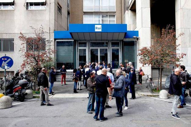 Il presidio della Lega Nord sotto la sede Rai di corso Sempione (Lapresse)