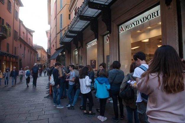 La fila di fan al  Mondadori Store per l'arrivo di Leonardo Cecchi, protagosnista della fortunata serie Disney 'Alex & Co' (Foto Schicchi)