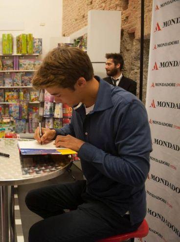 Leonardo Cecchi, protagonista di 'Ale & Co' firma gli autografi alla Mondadori (Foto Schicchi)