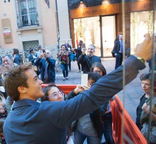 Leonardo Cecchi protagonista di 'Alex & Co' scatta un selfie con una fan (Foto Schicchi)
