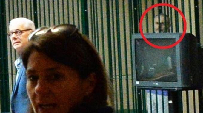 Una pausa dell'udienza a Busto Arsizio. Nel tondo, Leonardo Cazzaniga