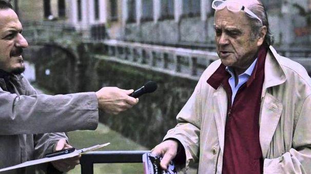 Roberto Brivio con uno dei suoi libri