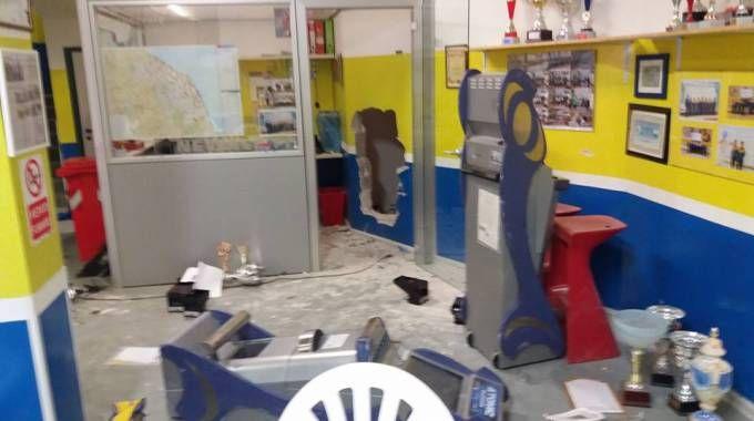 La devastazione prodotta dai ladri al bocciodromo e al bar (foto Franceschetti)