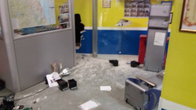La devastazione prodotta dai ladri negli uffici del bocciodromo di Lucrezia