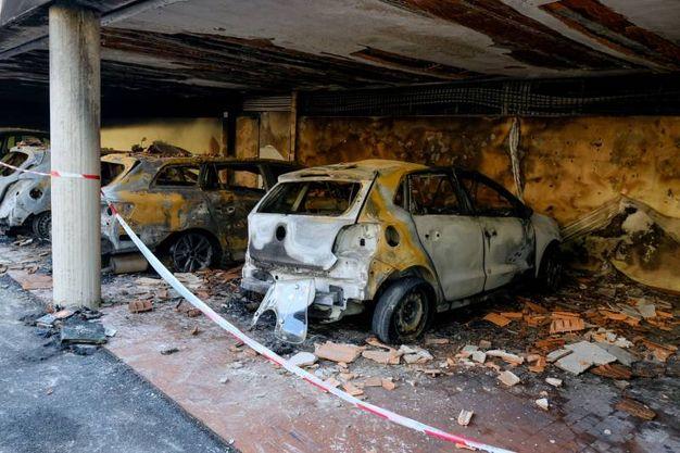 Le auto danneggiate dall'incendio (foto Schicchi)