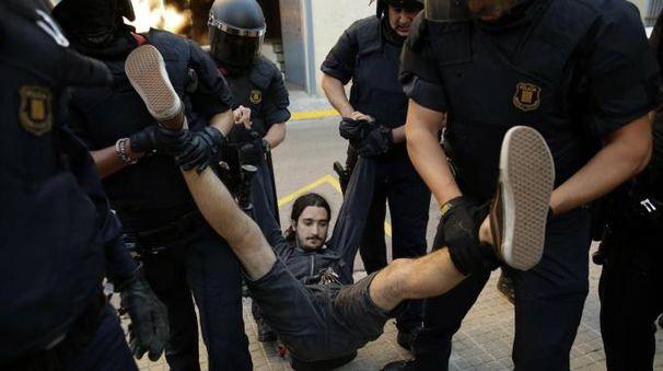 Catalogna, scontri tra indipendentisti e Mossos d'Esquadra