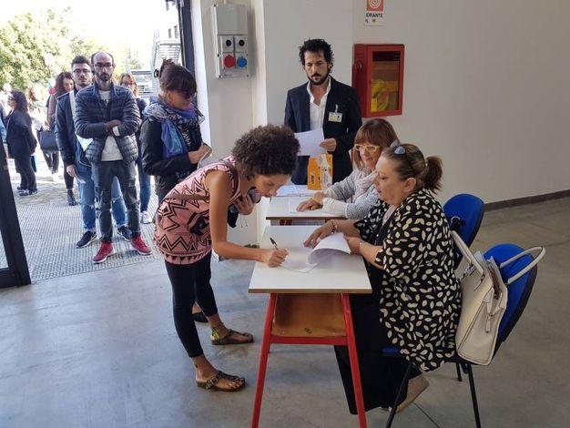 In fila per sostenere l'esame (foto Donzelli)