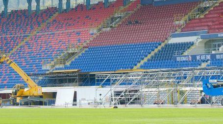 Il palco in fase di costruzione allo stadio Dall'Ara (foto Schicchi)
