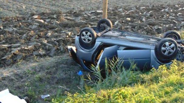 La macchina rovesciata in un campo