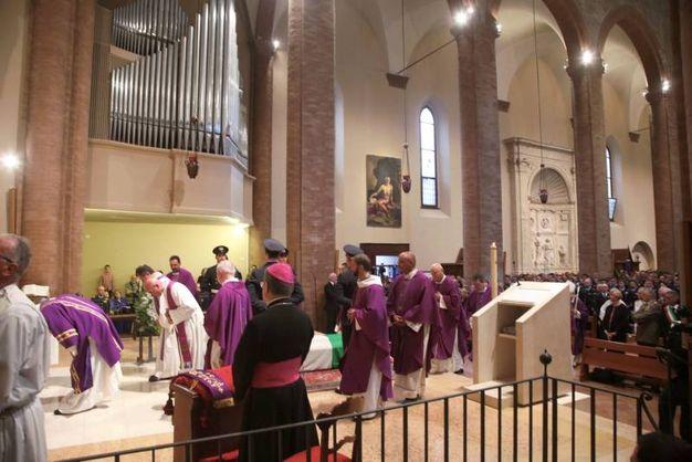 Un momento delle esequie in Duomo (foto Ravaglia)