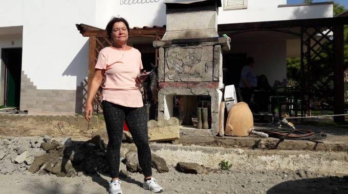 Susanna Falanga Nigiotti davanti alla sua abitazione ancora sotto sequestro. Ora dovrà prendere un mutuo