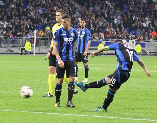 Lione-Atalanta, l'esultanza di Gomez dopo il gol del pareggio (foto Newpress)
