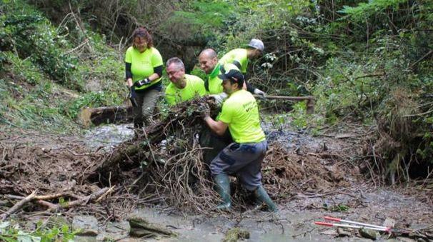 I volontari al lavoro nel rio Caspa