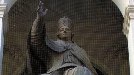 La statua di Pio VI sulla facciata del Palazzo del Ridotto