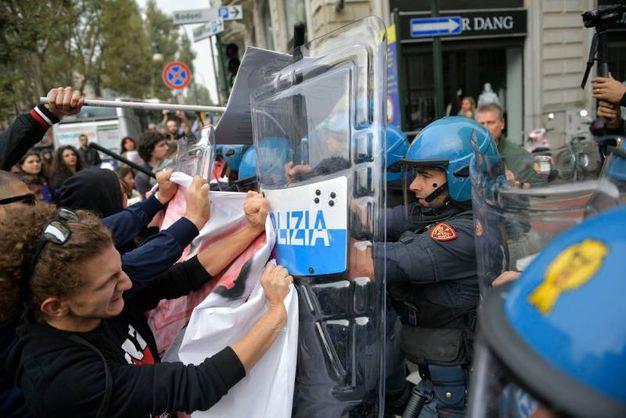 Torino, scontri al corteo anti G7 (Lapresse)