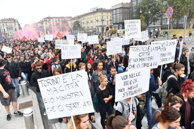 Torino, la manifestazione anti G7 (Ansa)