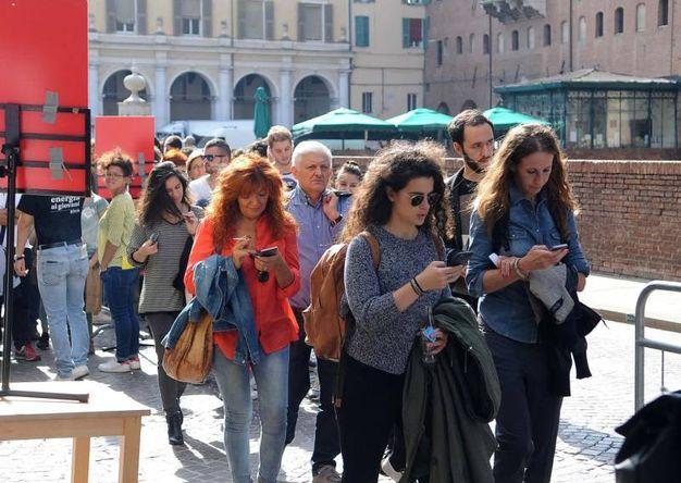 La lunga fila di persone che attendono gli incontri del Festival Internazionale (foto Businesspress)