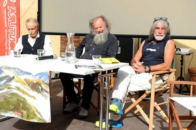 Il dibattito con lo scultore-alpinista (foto Businesspress)