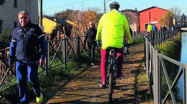 Un tratto del percorso sarzanese della ciclo-pedonale sulle sponde del Canale Lunense