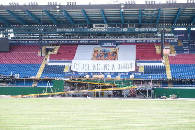 Prende forma il palco del Papa allo stadio
