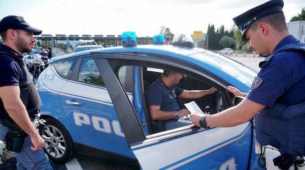 La polizia stradale di Civitanova ha trovato refurtiva in un furgone (foto d'archivio)