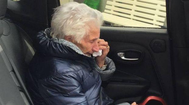 Nonna Peppina in lacrime lascia la sua casetta di legno