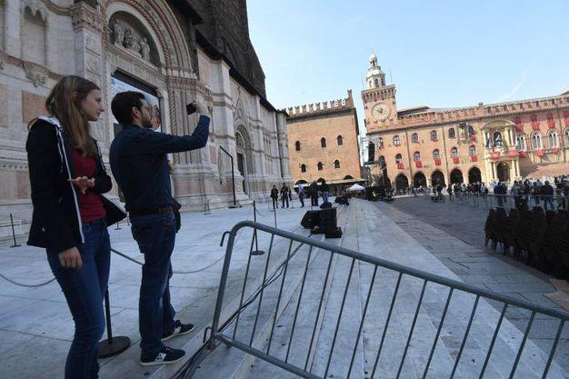 Turisti incuriositi in piazza (foto Schicchi)