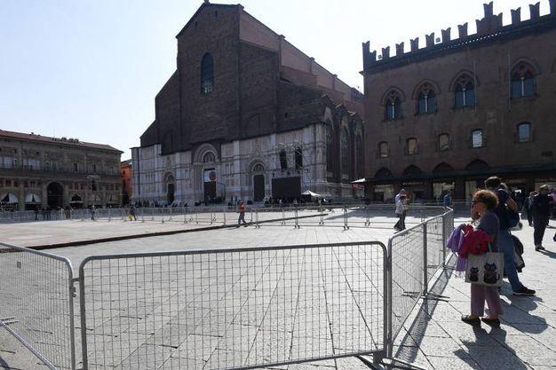Transenne in piazza Maggiore (foto Schicchi)