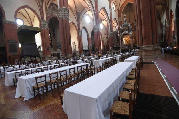 Le tavolate allestite in San Petronio (foto Schicchi)