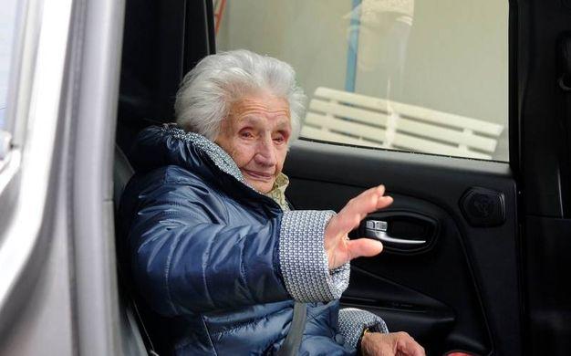 Giuseppa Fattori lascia la sua casetta di legno (foto Calavita)
