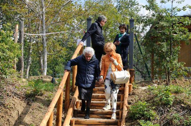 Giuseppe scende le scale con le figlie (foto Calavita)