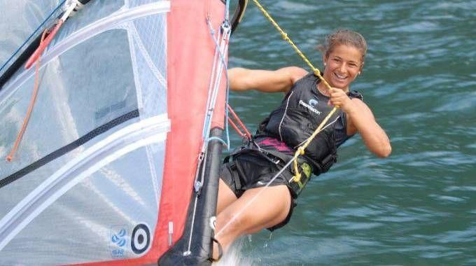 Giorgia Speciale, presente e futuro del windsurf italiano, si allena proprio nello specchio d'acqua che ora rischia di essere perso