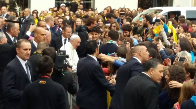 Cesena, Papa Francesco saluta i fedeli in piazza
