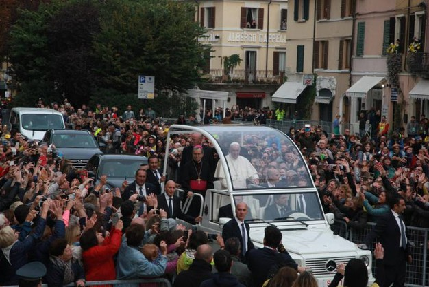 Il papa è accolto con affetto e devozione da tutte le persone accorse in Duomo ad accoglierlo (Foto Ravaglia)