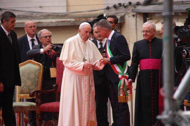 Il Papa col sindaco Paolo Lucchi (Foto Ravaglia)