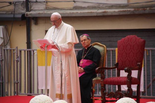 Tanti fedeli sono arrivati in piazza del Popolo nella notte o alle prime luci del mattino, per poter salutare Papa Bergoglio (Foto Ravaglia)
