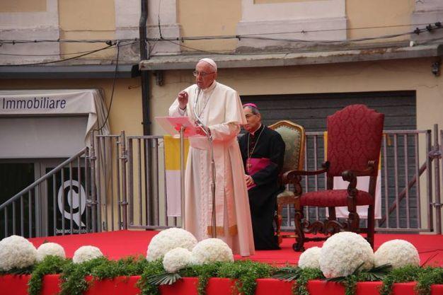Il papa ha voluto salutare personalmente i malati presenti in piazza del Popolo (Foto Ravaglia)