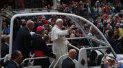 La folla festante per il Papa (Foto Ravaglia)