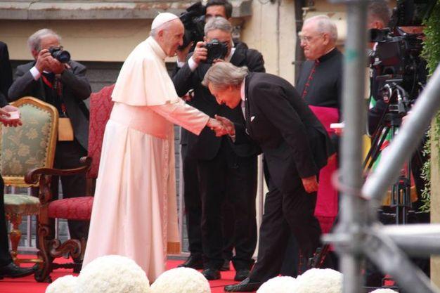 Il Papa col prefetto Fulvio Rocco De Marinis (Foto Ravaglia)
