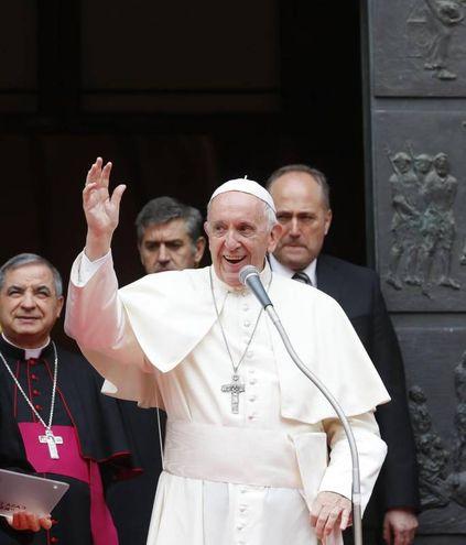 Il Papa saluta la gente festante (Foto ansa)