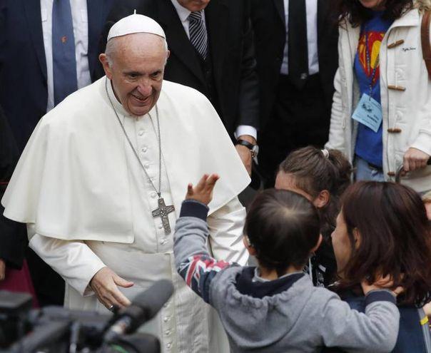 Papa Francesco con i bambini (Foto Ansa)