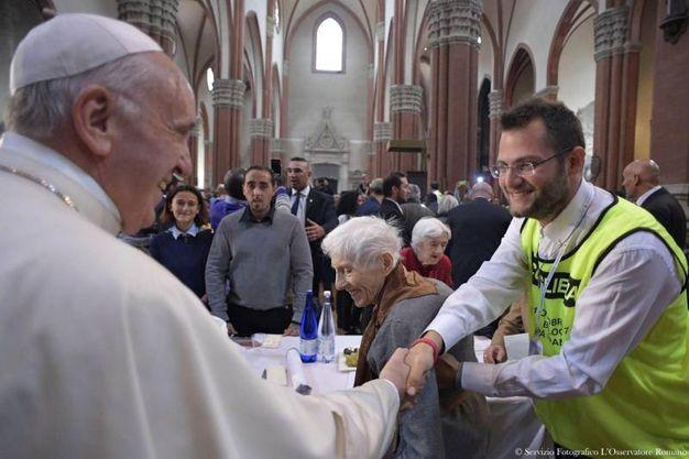 L'arrivo di papa Francesco in San Petronio dove pranza con mille persone in difficoltà (Ansa)