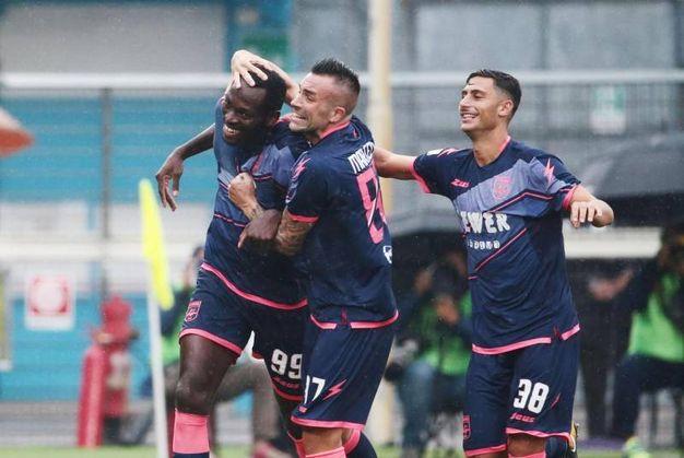 Simi Nwankwo e compagni esultano per il gol del pareggio (foto Ansa)